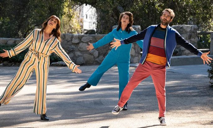 Gerade erst haben die Geschwister (Amy Landecker, Gaby Hoffmann, Jay Duplass) erfahren, dass Maura das Haus, in dem sie aufgewachsen sind, einer Freundin überlässt. Schon tanzen sie.