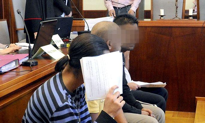Archivbild: Drei der ANgeklagten zu Beginn des Schlepper-Prozesses am 17. März 2014