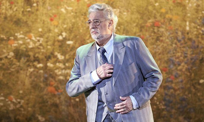 Plácido Domingo, nur dank der Regie grau in grau, doch stimmlich in Höchstform.
