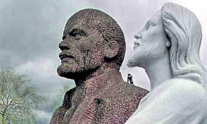 Lenin und Gott - auf dem Gelände eines Steinmetzes friedlich nebeneinander.