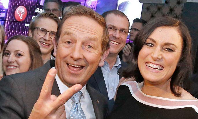 Parteichef Benger mit Ministerin Köstinger bejubelt das Wahlergebnis.