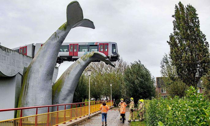 Das Wal-Kunstwerk stoppte die U-Bahn bei Rotterdam.
