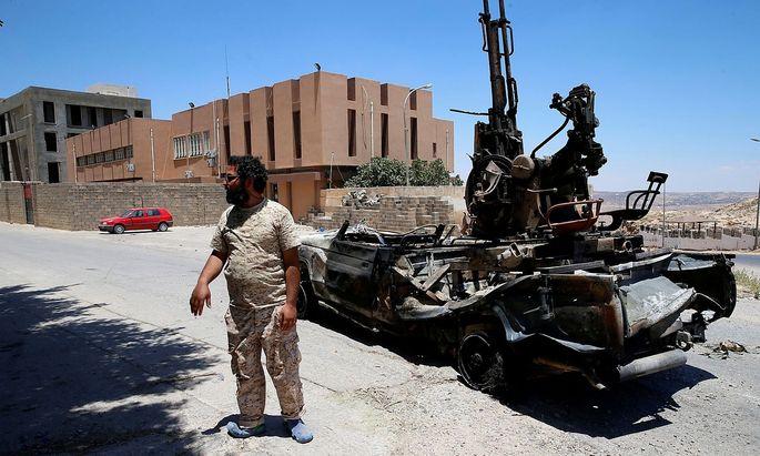 Archivbild eines Mitglieds der Regierungstruppen. Die konkurrierenden Milizen von General Haftar sind seit dem Sommer auf dem Vormarsch.