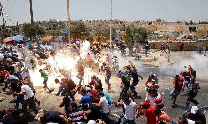 Unruhen in Jerusalem. Eine Woche nach dem Attentat auf israelische Polizisten verboten die Behörden muslimischen Männern unter 50 Jahren den Zutritt zum Freitagsgebet am Tempelberg.