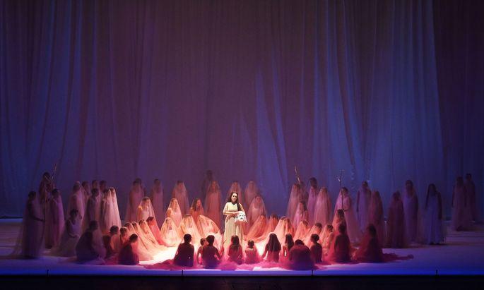 """Teil einer Opfermasse? Nadezhda Pavlova als Donna Anna im Salzburger """"Don Giovanni""""."""