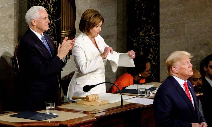 Eklat im US-Abgeordnetenhaus: Nach Trumps konfrontativer Rede zur Lage der Nation zerreißt die Chefin der Demokraten, Nancy Pelosi, den Redetext.