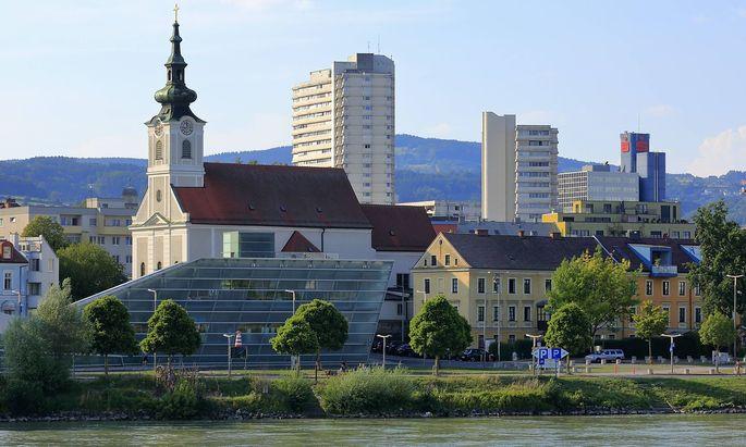 Stadtansicht von Linz Urfahr Donaupromenade mit katholischer Stadtpfarrkirche Urfahrt St Josef da