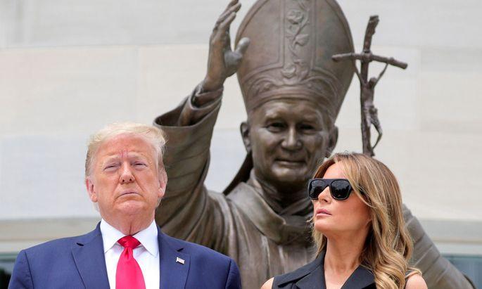 Trump und Melania posieren vor dem Papst-Denkmal