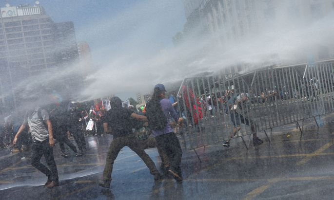 Nach tagelangen Unruhen entschuldigte sich Präsident Piñera für die Ungleichheit im Land.