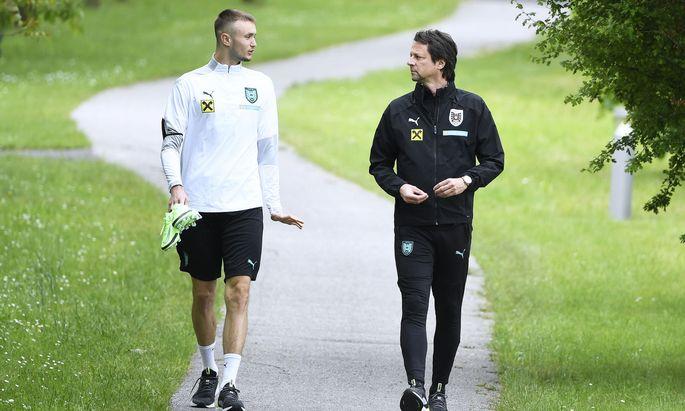 Peter Schöttel im Austausch mit Österreichs Sturmhoffnung Saša Kalajdžić.