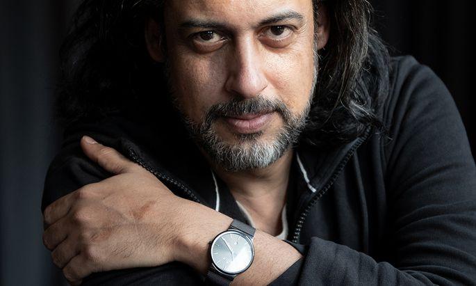 Abbas Khider, Jahrgang 1973, wurde in Bagdad geboren. 2000 kam er nach Deutschland, wo er studierte und ein erfolgreicher Schriftsteller wurde.