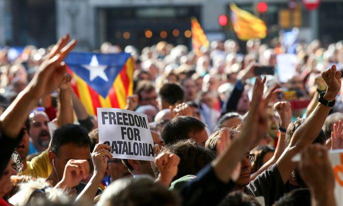 """""""Freiheit für Katalonien"""": Wütende Katalanen fordern in Barcelona das """"Selbstbestimmungsrecht""""."""