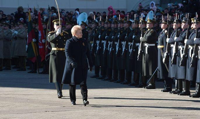 Präsidentin Dalia Grybauskaite besichtigt am litauischen Tag der Unabhängigkeit die Ehrengarde.ängigkeit.