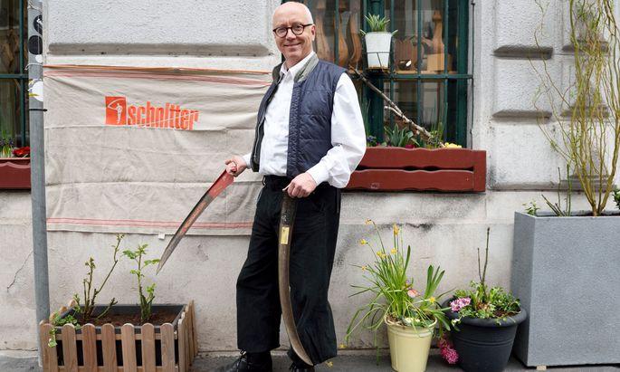 """Die Adresse als """"Wunder"""": Klaus Kirchner dengelt ausgerechnet in der Sensengasse."""