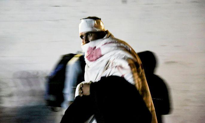 Ein Flüchtling ist nach dem Brand im Flüchtlingslager Moria in eine Decke gehüllt.