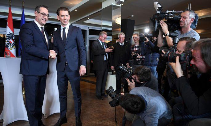 Handschlag zwischen FPÖ-Chef Strache und ÖVPChef Kurz: Nur etwa zwei Wochen nach der Regierungsbildung beschließen die neuen Koalitionspartner das Aus von roten Vorzeigeprojekten.