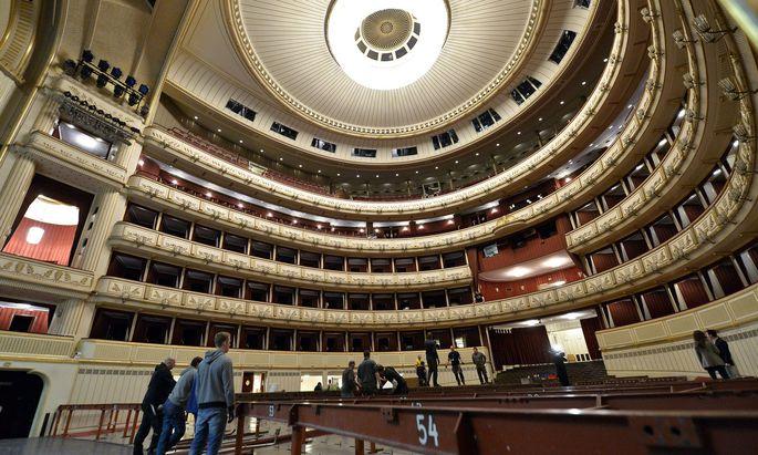 Die Oper muss für den Ball umgebaut werden.