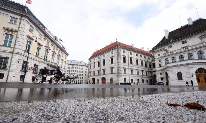 """Heißt es für den Individualverkehr bald """"Durchfahrt verboten?"""" – der Ballhausplatz im Wiener Regierungsviertel."""