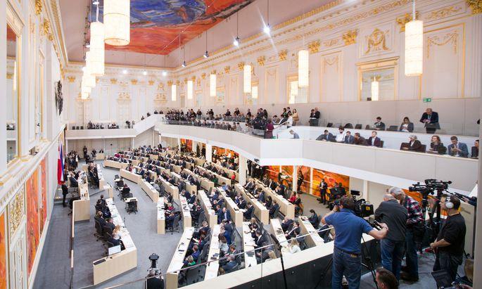 Blick in den Plenarsaal während der Budgetrede des Finanzministers Hartwig Löger (ÖVP)