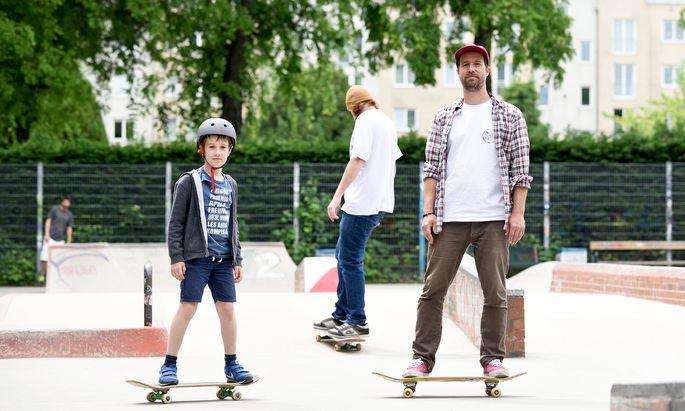 Uwe Ballon skatet mit seinem neunjährigen Sohn im Skatepark in Währing. Ballon ist Skateboardlehrer und gibt regelmäßig Unterricht.