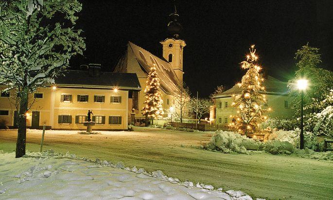 Das Stille-Nacht- Museum und die Volksschule Arnsdorf.