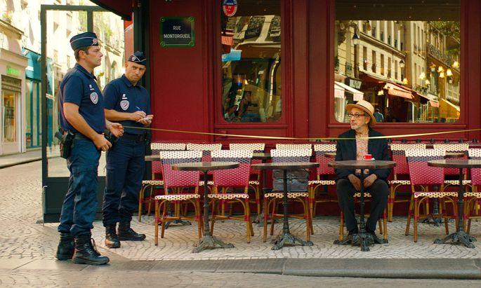 Ist das der europäische Ordnungswahn? In Paris misst die Polizei Terrassenbreiten nach, der Dandy aus Palästina (Elia Suleiman) wundert sich still.