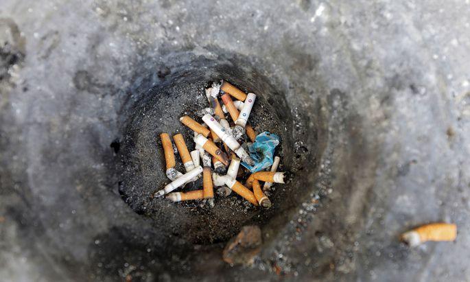 Stinkebecher. Nikotinkrank bleiben gewohnheitsmäßige Raucher wohl für immer.