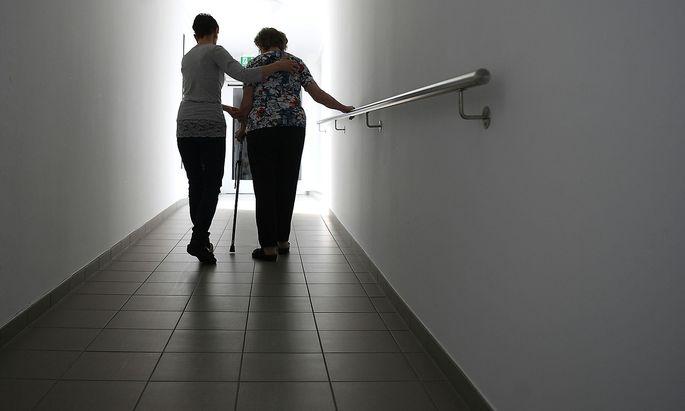 Symbolbild. Die Pflege ist eines der brennenden Themen der Regierung und ressortiert bei Minister Mückstein.