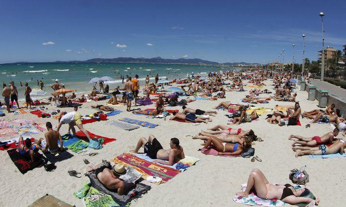 Mehr Touristen sollen es nicht mehr werden: Höchstbettenzahlen und zusätzliche Steuern sollen die Zahl der Mallorca-Urlauber senken.