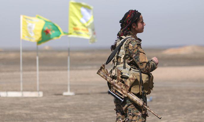 Offensive gegen Raqqa: Eine kurdische Kämpferin der Syrischen Demokratischen Kräfte (SDF) beim Vormarsch auf die syrische IS-Hauptstadt.