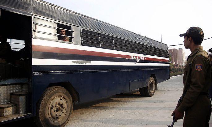 In diesem Bus sollen die fünf volljährigen Angeklagten zum Anhörungstermin gebracht worden sein.