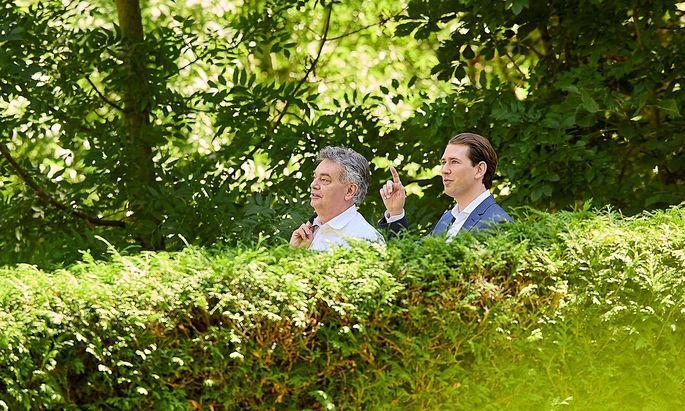 Vizekanzler Werner Kogler (Grüne) und Kanzler Sebastian Kurz (ÖVP) spazierten für die Kameras eine Runde durch den Garten des Schlosses Reichenau. Dort hielt die Regierung den Sommerministerrat ab.
