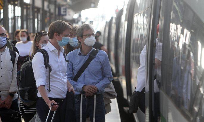 Nach den Lockerungsmasznahmen und den aufgehobenen Reisebeschraenkungen waehrend der Coronaviruskrise nutzen wieder wesentl