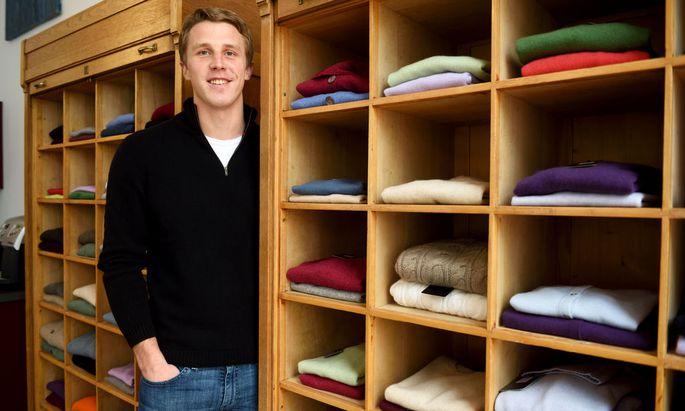 Bei Ezio Foradori verkauft der 24-jährige Matthias Gebauer Kleidungsstücke aus mongolischem Kaschmir in den verschiedensten Farben und Größen.