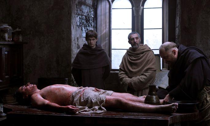 Adson (Damian Hardung) und sein Meister William (John Turturro) werden zu einer Leiche gerufen.