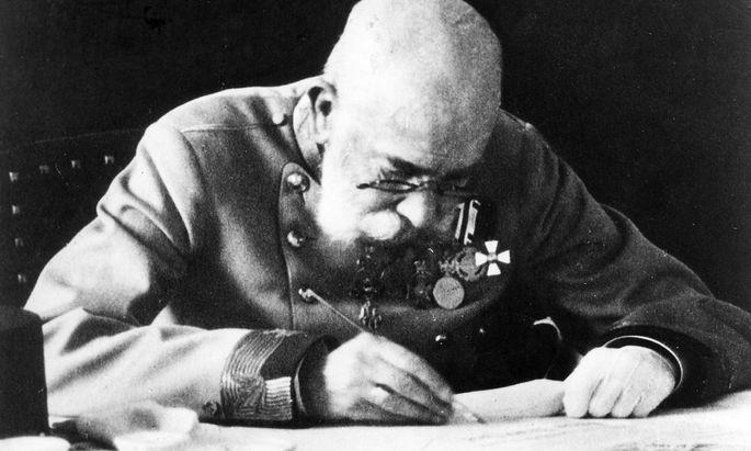 Kaiser Franz Joseph I. an seinem Schreibtisch.