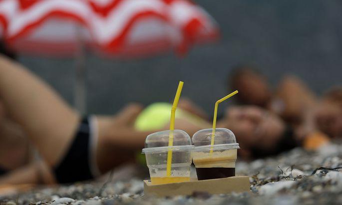 Archivbild: Plastikbecher auf einem Strand in Griechenland