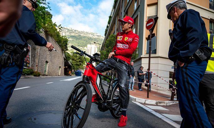 Charles Leclerc ist mit dem Radl da, dem besten Fortbewegungsmittel in Monaco.
