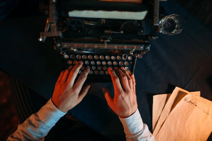 Dichtern beim Schreiben über die Schulter schauen