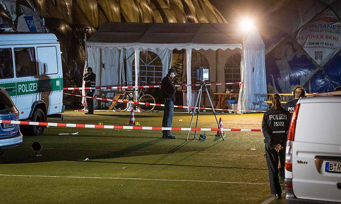 Tatort vor der Traglufthalle einer Flüchtlingsunterkunft in Berlin-Moabit