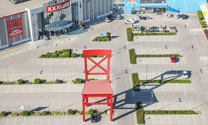 Die charakteristischen roten Stühle stehen vor immer mehr deutschen Möbelhäusern.