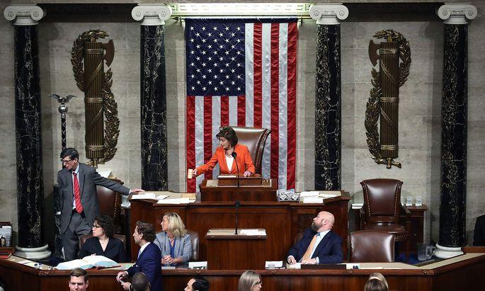 Trumps erbitterte Gegnerin Nancy Pelosi leitete die Sitzung des Repräsentantenhauses und stimmte - entgegen den Usancen - selbst ab.