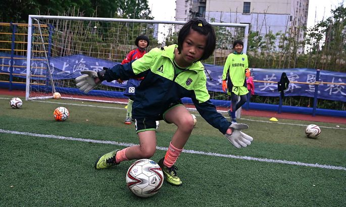 Symbolbild: Mädchen spielen Fußball
