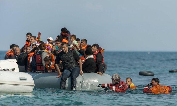 Rettungsschwimmer schwimmen am 25 02 2016 in der naehe von Mytilini auf Lesbos Griechenland zu eine