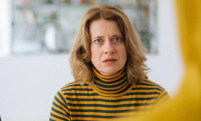 """Caroline Peters als fassungslose Mutter in """"Womit haben wir das verdient?"""" (zu sehen am 5. Juni, 20.15 Uhr, ORF 1)."""