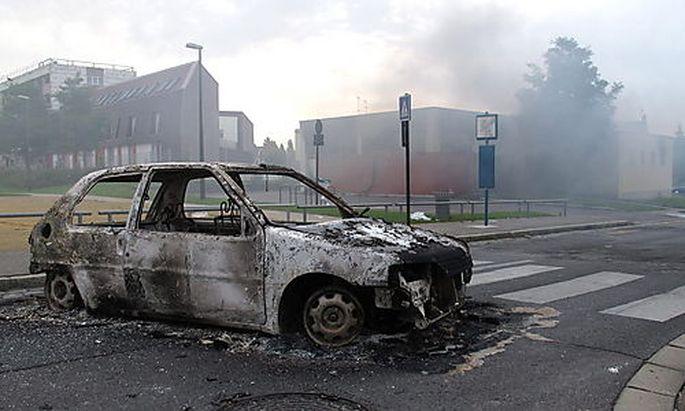 Bei den Protesten gingen zahlreiche Autos in Flammen auf.