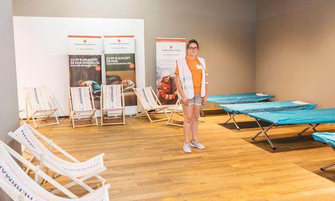 Rotkreuz-Helferin Zo´e Hinterhölzl kümmert sich an diesem heißen Nachmittag um Gäste des ersten Wiener Cooling- Centers.