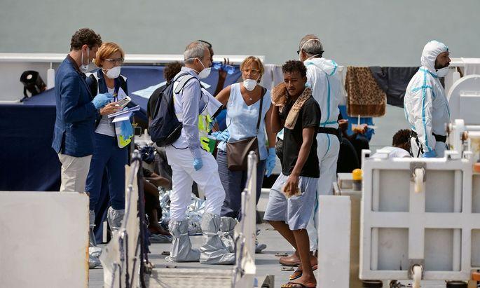 """Flüchtligsschiff """"Diciotti"""" lässt 16 Migranten von Bord wegen Ansteckungsgefahr"""
