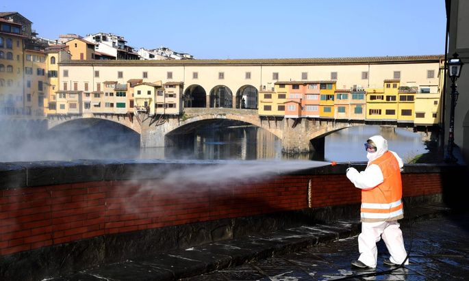 Florenz wird desinfiziert, im Hintergrund die Ponte Vecchio