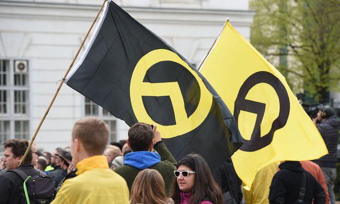 Symbolbild: Logo der Identitären auf Fahnen bei einer Demonstration